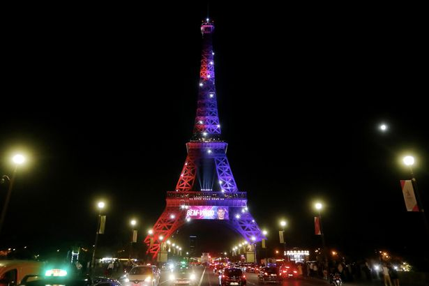 The-Eiffel-Tower-Is-Illumined-In-The-Colors-of-PSG-To-Welcome-Neymar