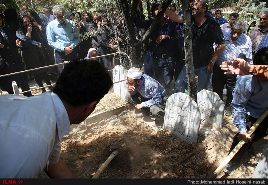 مراسم تشییع و خاکسپاری جانباختگان حادثه اتوبوس در سنندج + عکس