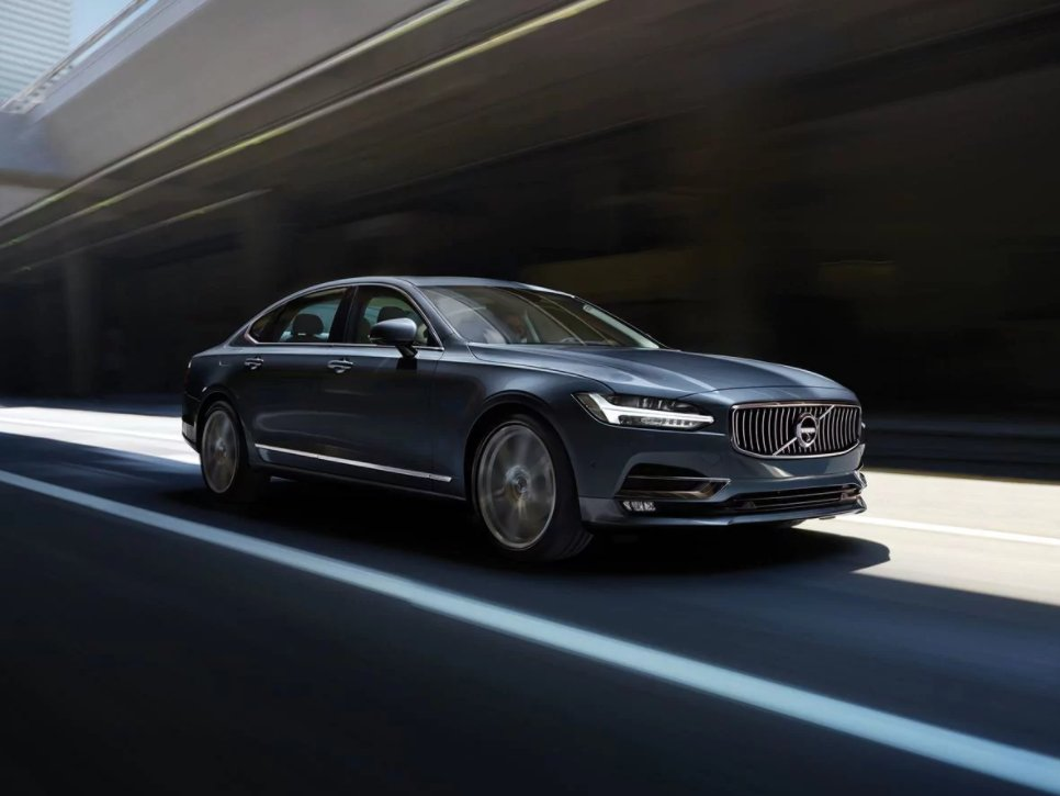 8-the-volvo-s90-t8-inscription-pairs-a-powerful-engine-and-tech-features-that-make-the-car-attractive-to-any-kind-of-customer