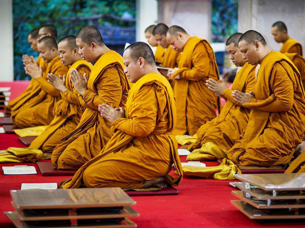 Image result for عکسهای راهبان بودایی با لباس نارنجی