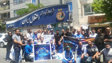 هواداران استقلال مقابل ساختمان این باشگاه تجمع کردند