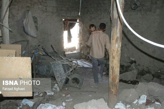 گلایهی مردم زلزله زدهی روستای ایوق از روند کند امدادرسانی و کمبود آب و نان