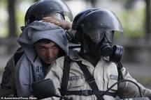 عکس/ حمله گاز انبری پلیس