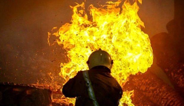 یک کارگاه تولید چوب در مشهد دچار آتش سوزی شد