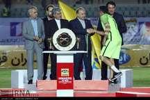 وزیر ورزش و جوانان کاپ قهرمانی جام حذفی فوتبال را به نفت تهران اهدا کرد