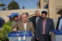 استاندار: مردم اصفهان، شرکت در انتخابات را به ساعات پایانی رای گیری موکول نکنند