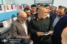 بازدید فرمانده سپاه پاسداران از غرفه موسسه تنظیم و نشر آثار امام خمینی(س)