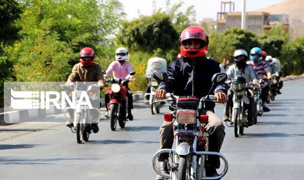 اهدای کلاه به موتورسواران در البرز