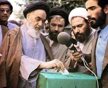 اعداد أول دستور للجمهوریة الاسلامیة