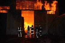 مهار آتشسوزی کارگاه تولیدی صنایع چوبی در تبریز طی عملیات 6 ساعته + تصاویر