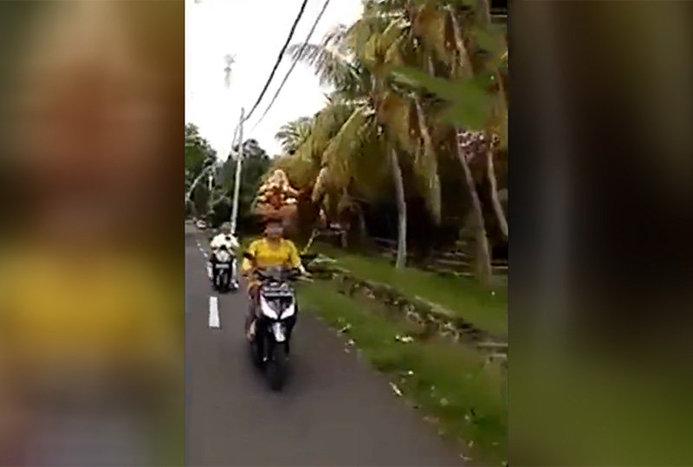 موتورسواری عجیب یک زن در شبکه های اجتماعی سوژه شد+ ویدیو