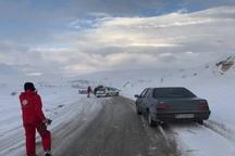 سرنشینان 100 خودرو گرفتار برف در تکاب نجات یافتند
