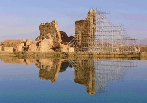 بزرگترین آتشکده ساسانی در وسط دریاچه ای عجیب!
