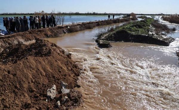 شکستن سیلبند روستای سفاک شهرستان باوی به دست روستاییان و ورود سیلاب به شرکت نیشکر دهخدا