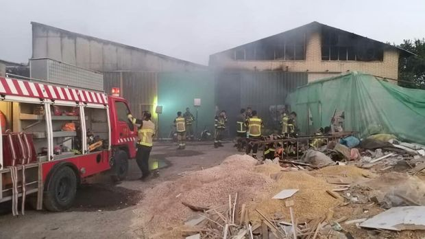 آتش سوزی کارگاه چوب در قزوین مهار شد