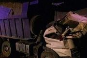 سقوط یک کامیون به گودال ۱۰ متری منجر به مرگ راننده شد+ عکس