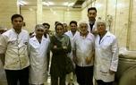 عکس/ حضور هدیه تهرانی در جمع خادمان موکب علی بن موسی الرضا(ع) جهت پخت غذا برای سیل زدگان
