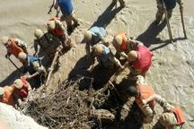 تکاوران ارتش تبریز به کمک سیلزدگان رفتند