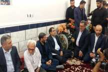 وزیر بهداشت با خانواده سردار شهید منجزی در گتوند دیدار کرد