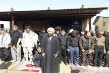 نمازظهر عاشورا با حضور عزاداران قصرشیرینی در گلزار شهدا اقامه شد