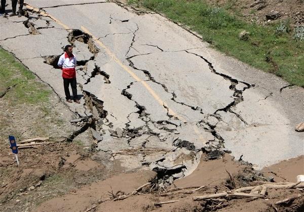 رانش زمین و ریزش کوه راه ارتباطی ۱۴۷ روستا در الیگودرز را قطع کرد