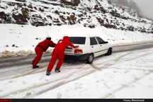 رها سازی ۷۰ خودروی گرفتار در برف و کولاک در محور تاراز - شهرکرد
