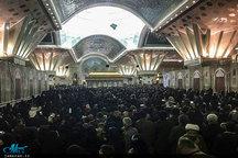 حرم امام مملو از جمعیت است/ ازدحام مردم در پشت درهای حرم برای ورود به داخل