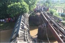 سقوط قطار بنگلادشی در یک کانال و کشته و زخمی شدن105 تن+عکس