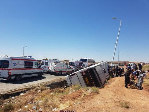 واژگوني يك اتوبوس با حدود50 سرنشين و فرار مقصر اصلي