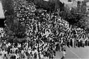 چرا شهید بهشتی حاضر نشد سخنرانی خود را بر روی ماشین انجام دهد؟