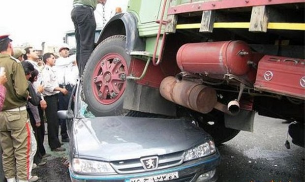برخورد کامیون با سواری پژو در کارزان حادثه آفرید