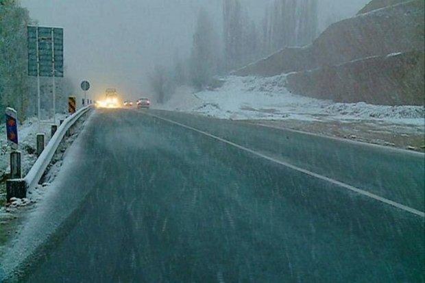 بارش خفیف برف در گردنه های قزوین آغاز شد