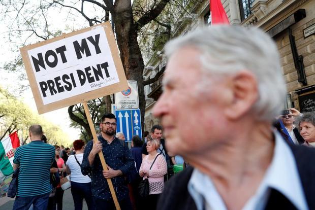 عکس/ اعتراض به پیروزی یک راست گرا در اروپا