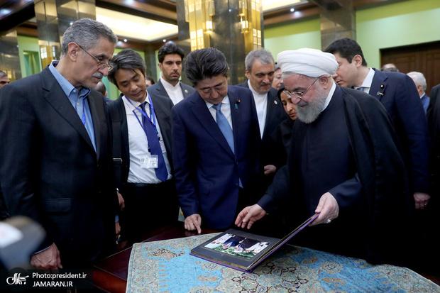 دیدار رئیسجمهور روحانی و نخستوزیر ژاپن از نمایشگاه نودمین سال روابط دیپلماتیک دو کشور