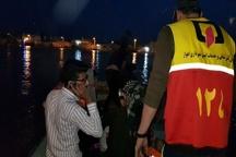 انتقال سیل زدگان روستای ابودبس با قایق های سازمان آتش نشانی اهواز