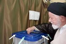 نماینده ولی فقیه در استان سمنان رای خود را به صندوق انداخت