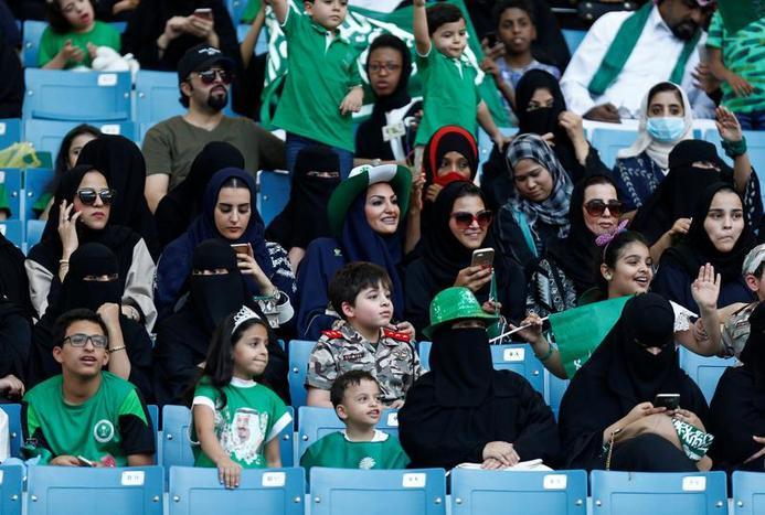ورود زنان عربستانی به ورزشگاه/ فیلم