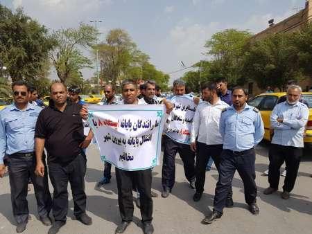 اجتماع صنفی تاکسی داران پایانه درون استانی آبادان در اعتراض به پلمپ پایانه