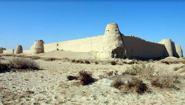 قلعه رستم بنایی با شکوه در دل تپیده سیستان