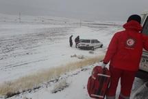 هلال احمر تکاب به 200 مسافر گرفتار در برف امدادرسانی کرد