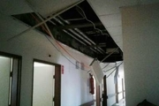 ریزش سقف بخش اطفال بیمارستان شهید بهشتی آستارا   تعمیرات در حال انجام است