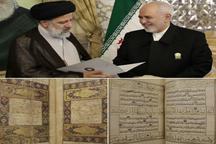 دیدار ظریف با رئیسی و اهدای دو هدیه به آستان قدس + عکس