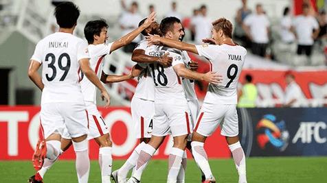بازیکنان کاشیما آنتلرز جام قهرمانی را بالای سر بردند