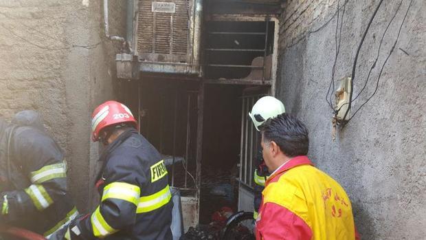 پلیس فدارکار زن گرفتار در آتش را نجات داد