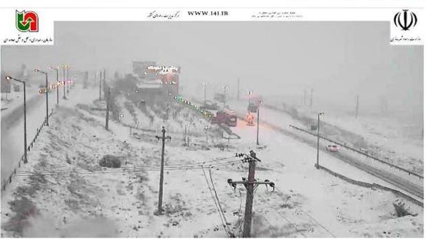 برف تردد خودروها را در هراز و سوادکوه کند کرد