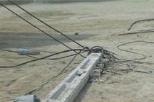 راننده خودروی سنگین پس از شکستن تیر چراغ برق در دزفول متواری شد