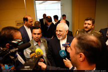 ظریف در فرودگاه آنکارا: بحران سوریه باید از طریق سیاسی حل و فصل شود/ حضور آمریکاییها در این منطقه باعث شکاف قومیتی در داخل سوریه شده است/ هیچ توجیهی برای نقض حاکمیت ارضی سوریه قابل قبول نیست
