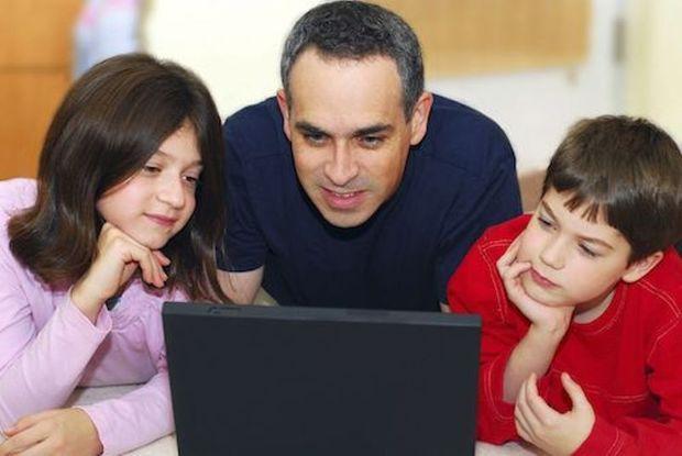 والدین همدلی و محبت به دیگران را به فرزندان بیاموزند