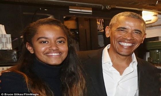اوباما و دخترش در سالن تئاتر+ تصاویر