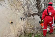 امدادگران هلال احمر سروآباد یک صیاد را از آب نجات دادند